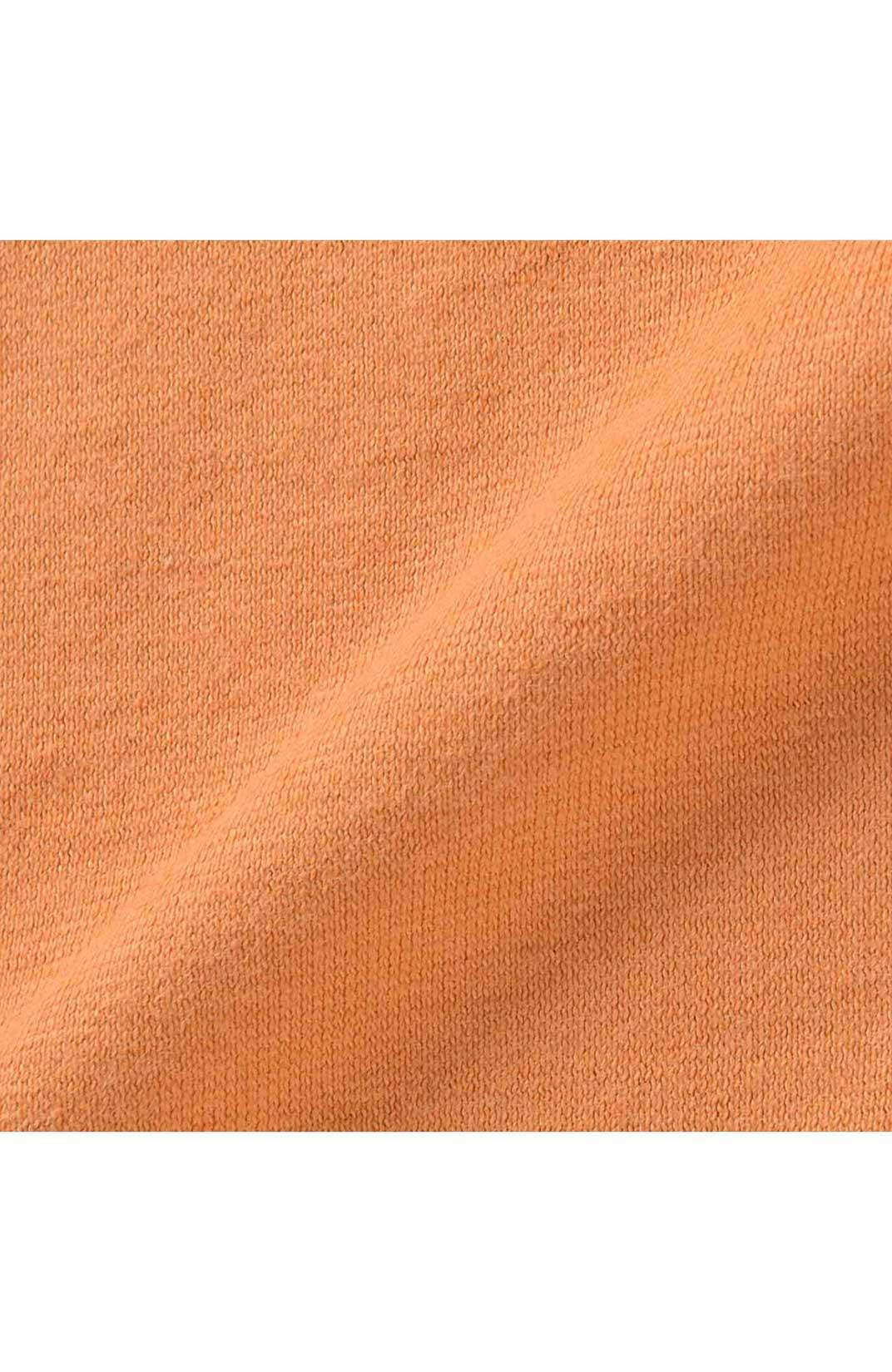 肌にやさしくなじむ、製品染めの綿100%カットソー。