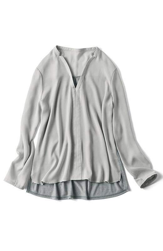 首すじをきれいに見せる衿もとの開き、インに重ね着したときもきれいな印象。
