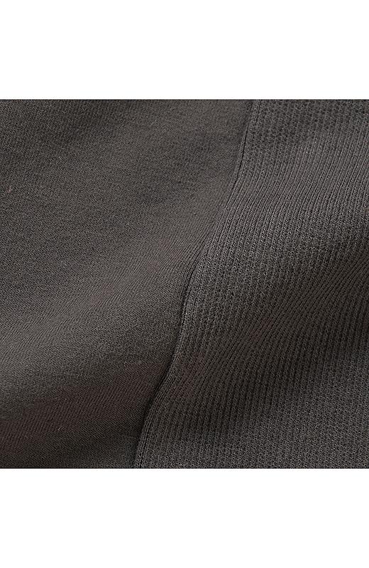 なめらかな表面感のストレッチスウェット素材はほどよい厚みがあり、体形を拾いすぎないのもうれしいポイント。伸びやかな着心地でヘタリにくいのも安心。