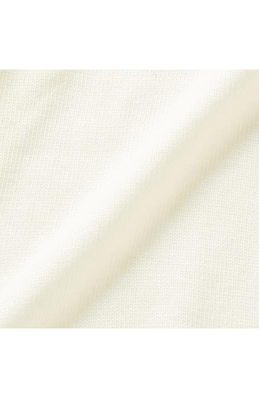 ロング丈が軽やかに着られるやわらかな編み地。ふんわりと肌ざわりもよく、しっとり。