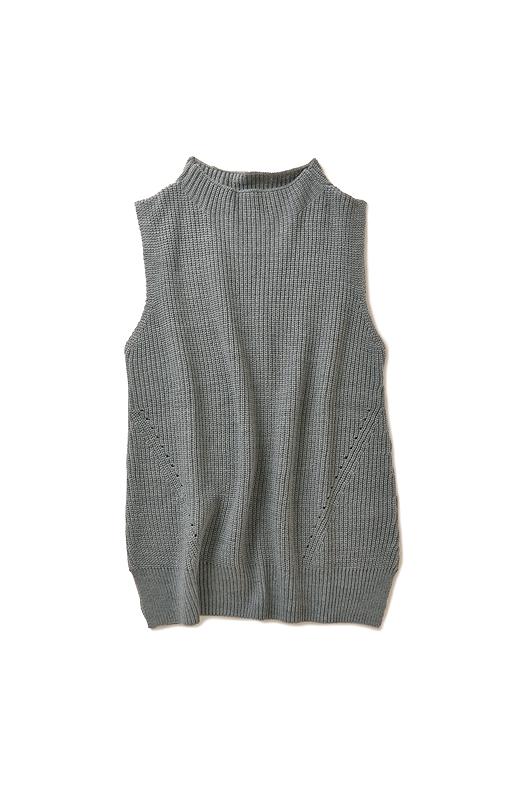 衿はほんのりスタンドデザインに。シャツをレイヤードしてもこなれて見えます。ウール混素材は、ふっくらと上質な表情。