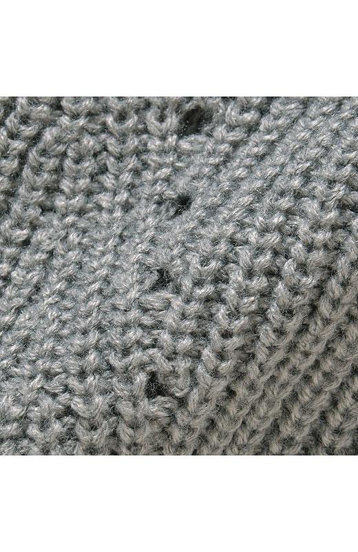 あぜ編みに、のっぺり見えないよう腰のあたりからアイレットを入れて、すらりとした印象に。