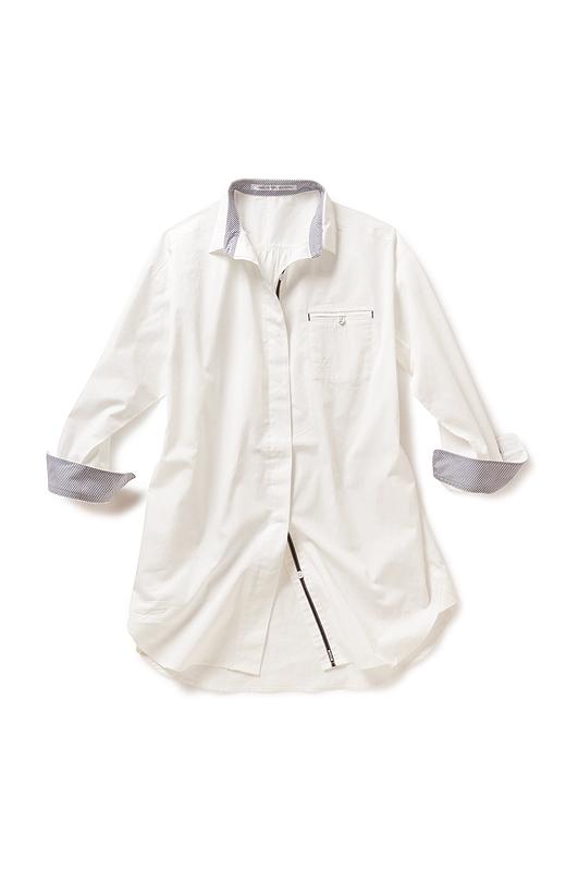 衿は立てても上品にキリリとキマる小さめサイズ。第二ボタンまで開けてバランスよく着こなせる絶妙なボタン間隔を計算。