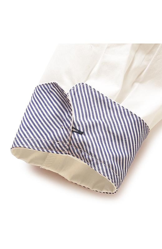 ボタンを外さずに袖口を折り返しても様になるように、少し上の位置にカフスボタンを配置。