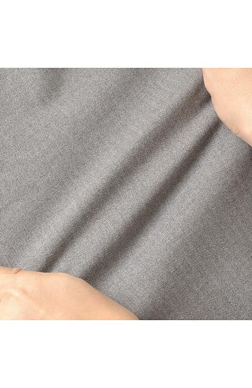 ウエストゴムにくわえて素材も伸縮性があるから、動きやすくて疲れにくいです。