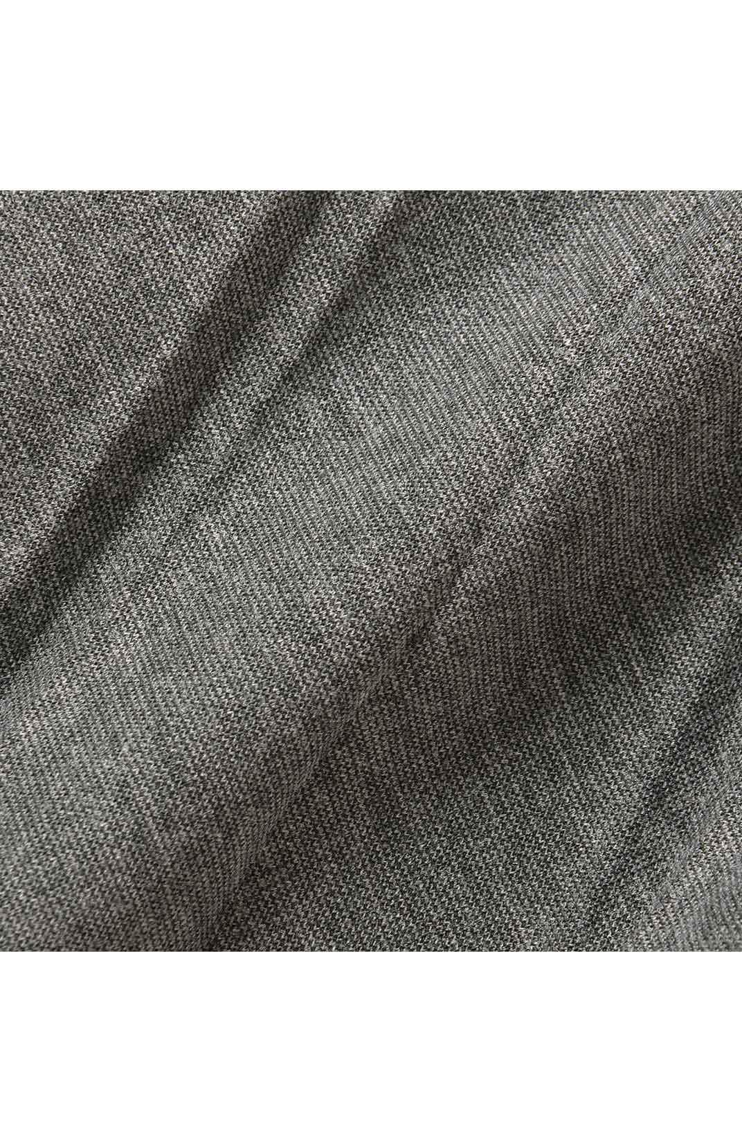 ほどよい厚みのあるカットソー素材を採用。生地を斜め方向に使って実現した美しいランダムプリーツが立体感とこなれ感をアップ。