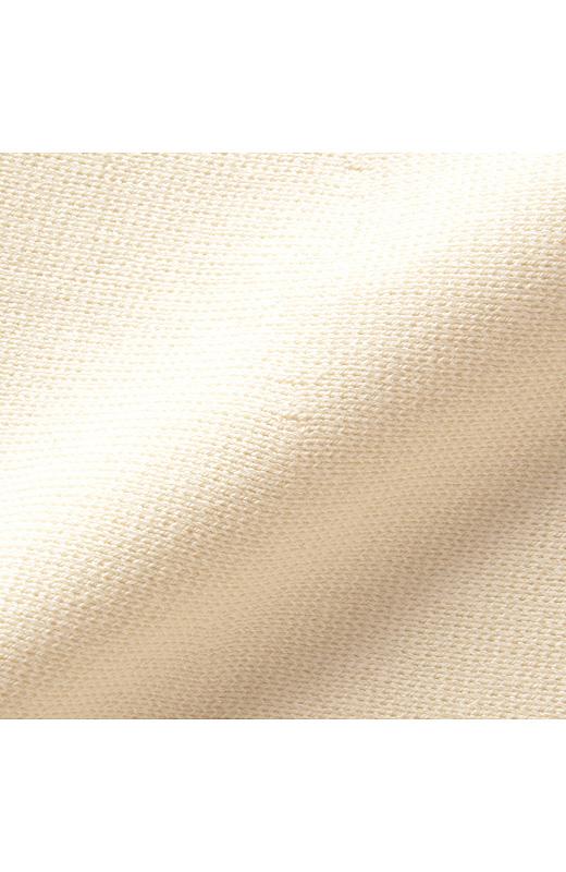素材は肉厚なミラノリブ。しっかり目の詰まった滑らかな表面感がリュクスで、ふっくら。