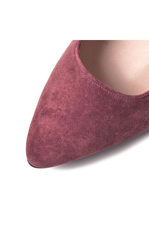 履くほどに足になじむシックな豚の本革スエード素材。