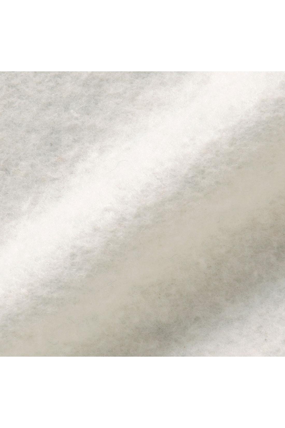 スウェット素材に裏起毛をかけてふんわりやさしい肌当たりに。