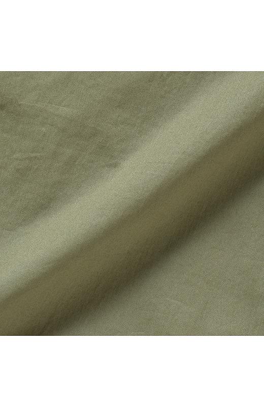薄手で張りのある微起毛コットン素材。製品洗いによるアタリ感がこなれた雰囲気。