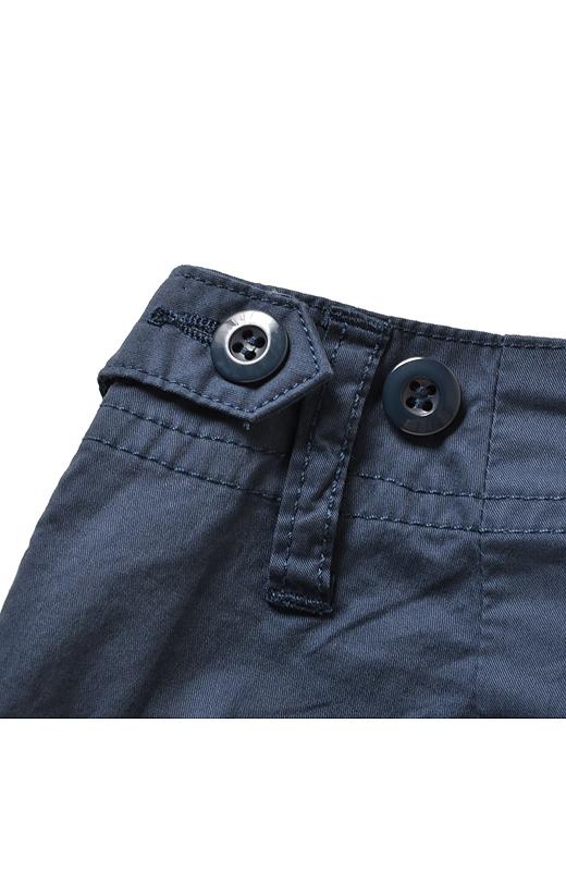ウエストの両サイドはタブベルト付き、微妙なサイズ調整に対応。