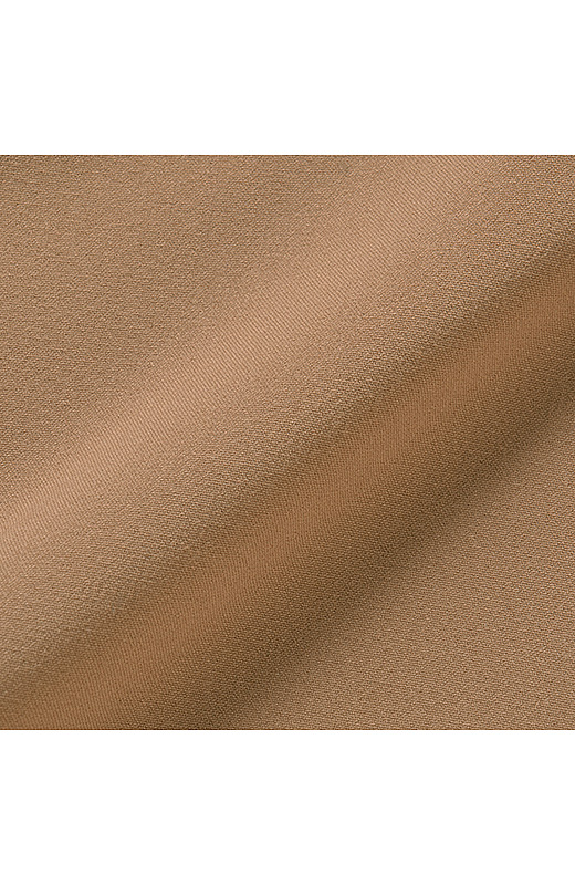 適度な肉厚感のあるレーヨン混素材は、滑らかでとても上質な素材感。