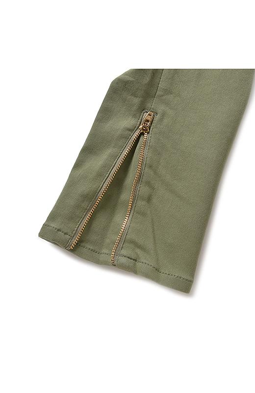 すそのゴールドファスナー部分は当て布付き、素肌が直接当たらないように工夫。