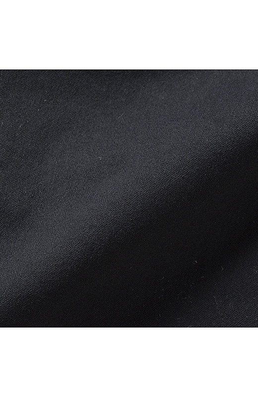 伸縮性にすぐれた適度な厚みの上質感漂うストレッチ素材。表起毛で滑らかな手ざわり。