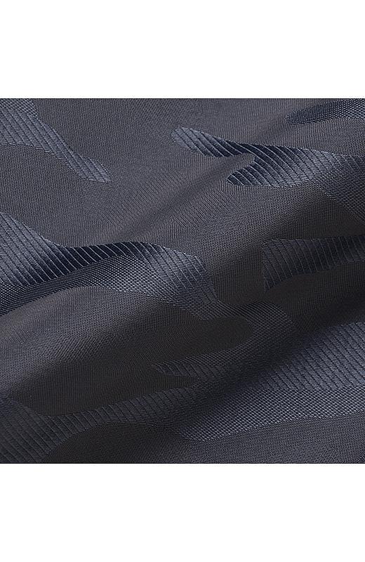 美しい濃淡を織り柄で表現したジャカード素材。艶(つや)・光沢・素材の繊細さが魅力。