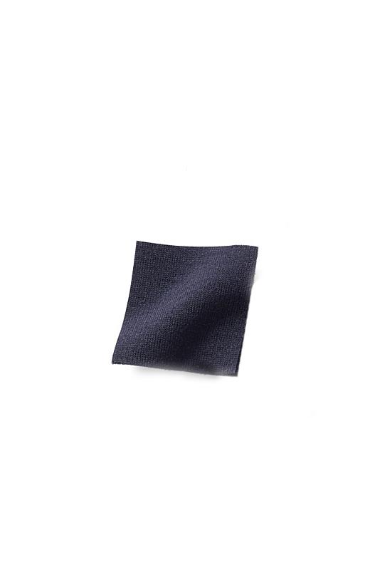 ほどよい厚みのカットソー素材は、レーヨン混のきれいな落ち感と表面感が、カジュアルすぎずリッチな印象。