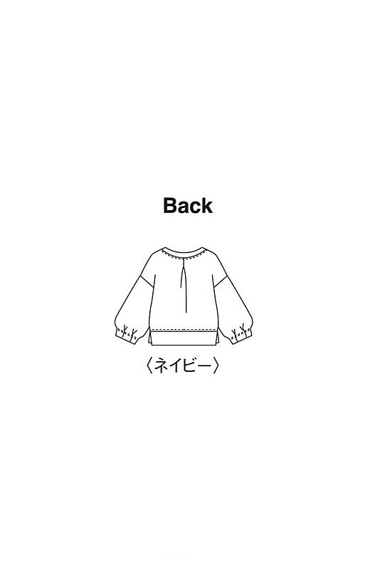 Back 女性らしく凛と仕上がるネイビー。袖口や背中のタックが華奢見せをかなえるデザイン。