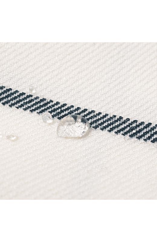 水滴がしみこみにくい撥水(はっすい)加工。雨の日など水はねが気(はっすい)になる時もきれいをキープ。