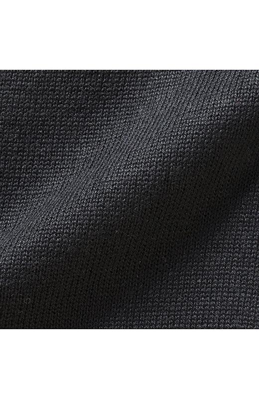 ほどよい肉厚感があるニットは綿混のやわらかな肌ざわり。