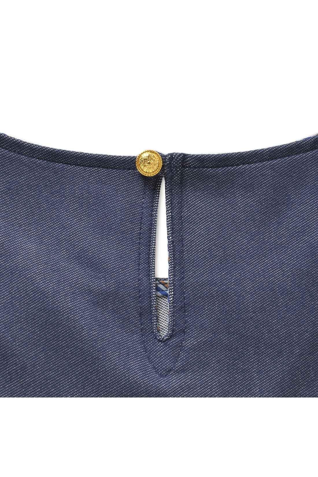 スリットと金色ボタンをほどこして、バックスタイルも女性らしく。