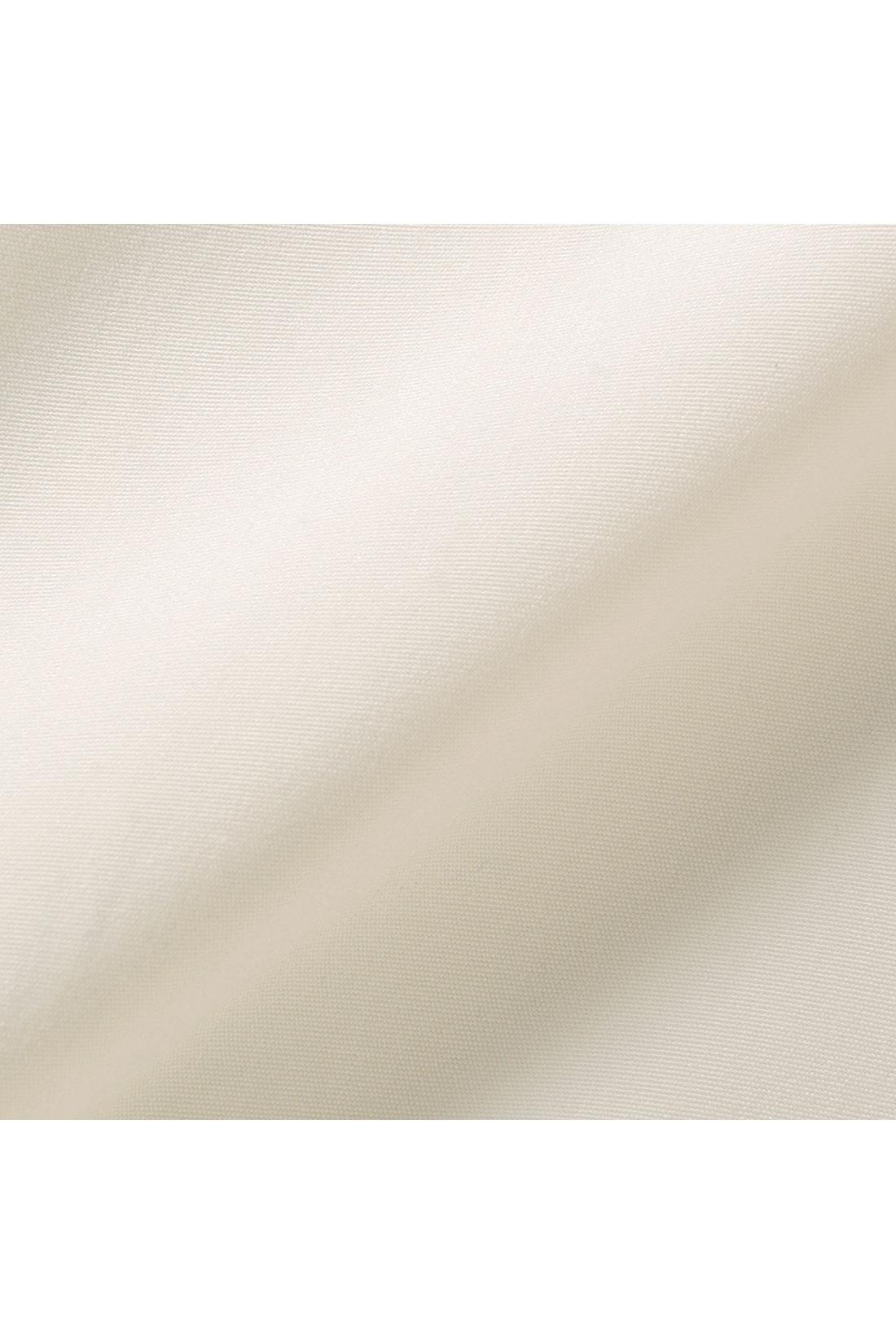ブラウスは落ち感のある柔らか素材。