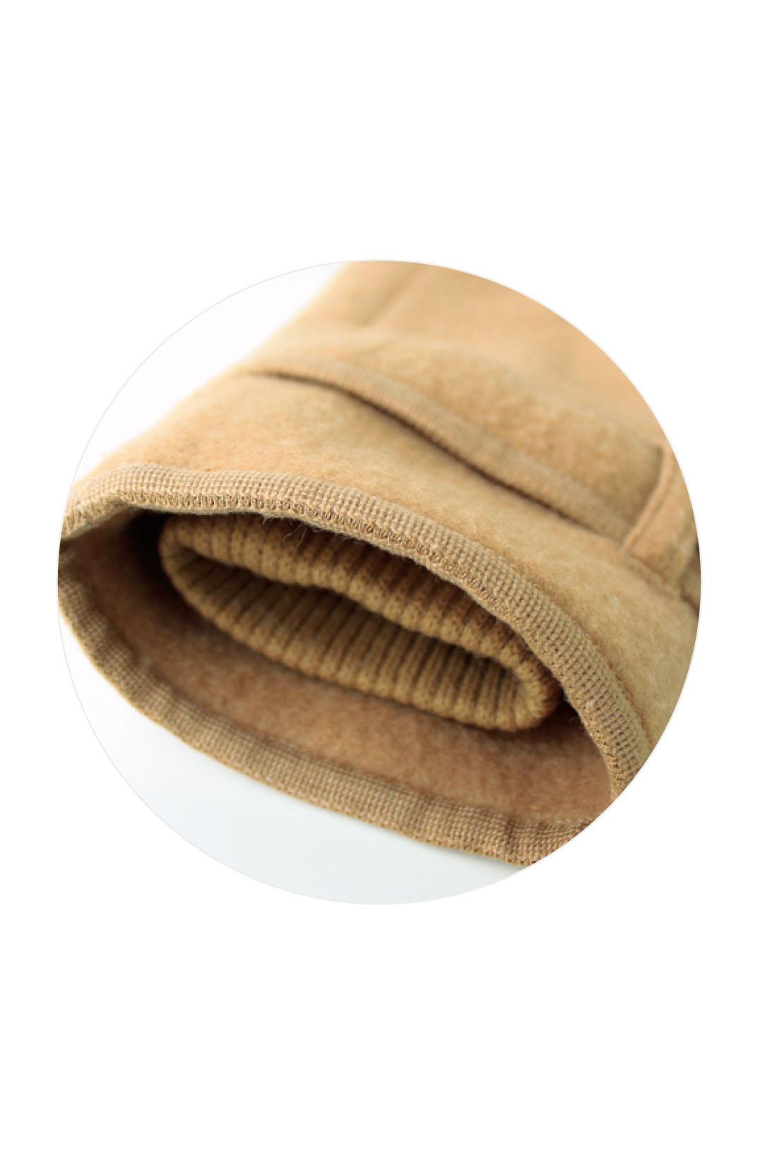 内側にリブを仕込んだ二重構造の袖口で、寒さをシャットアウト。
