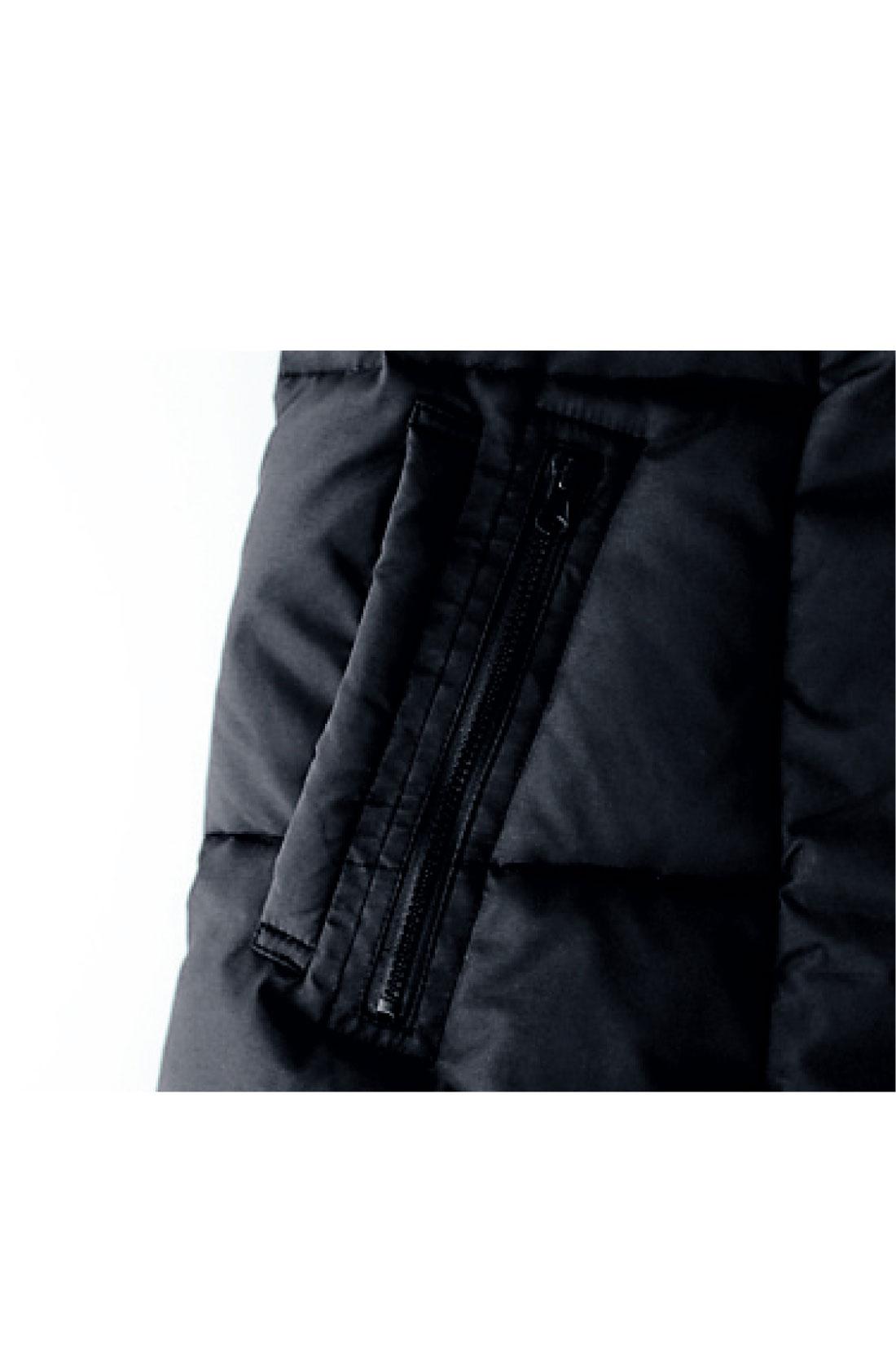 ファスナーポケットと差し込みポケットの、便利でおしゃれなダブルポケット仕様。