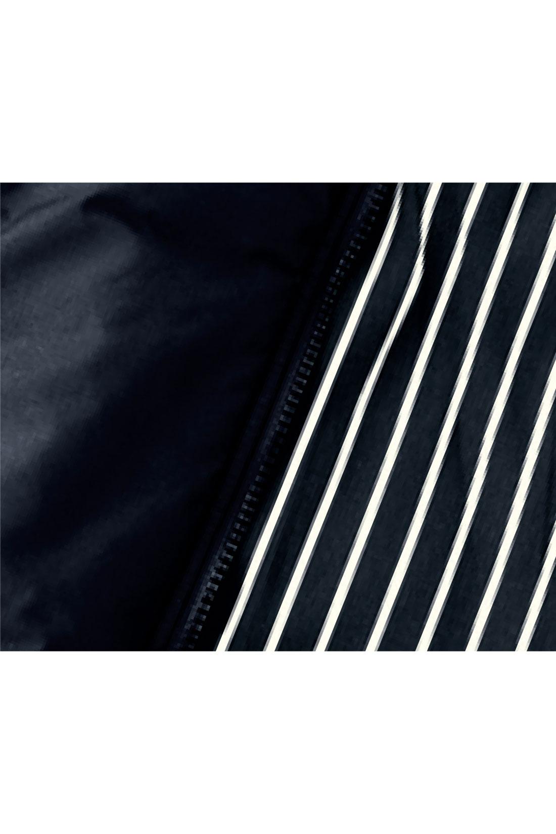 表地はテカリをおさえた布はく素材。裏地はストライプで、脱いだときも大人っぽく。