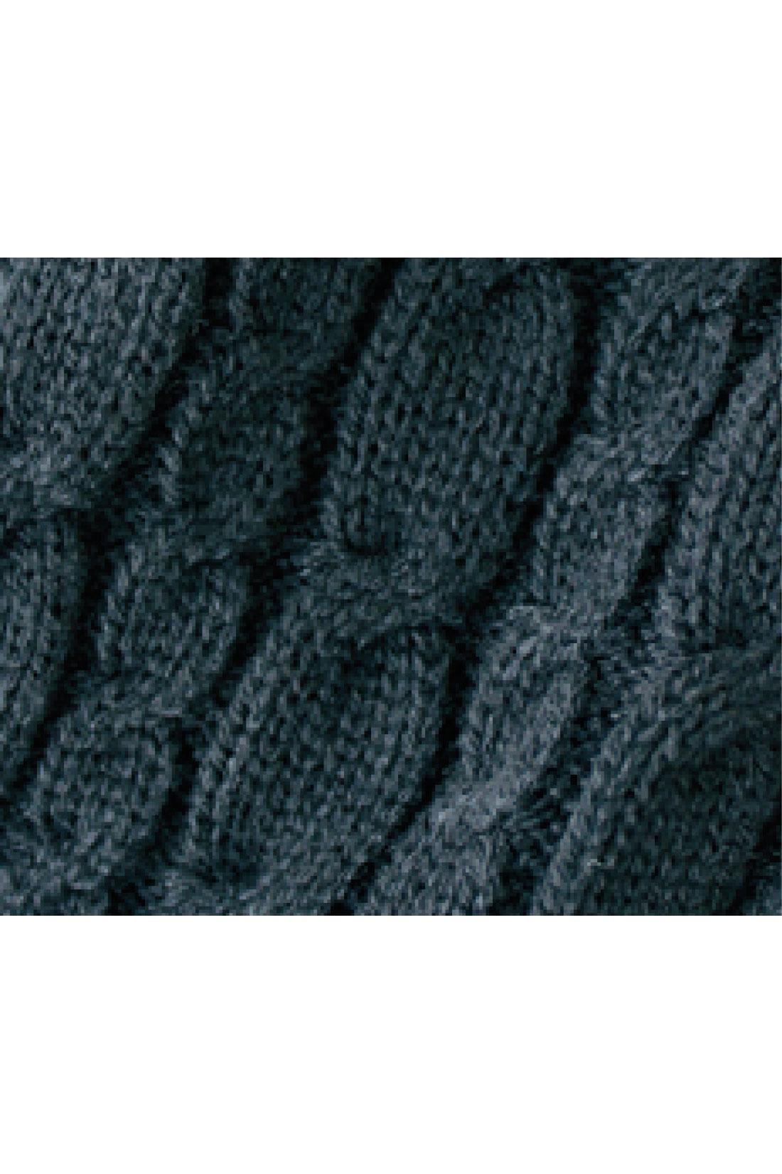 袖口&フードの内側はケーブル編みニットでおしゃれなアクセントに。