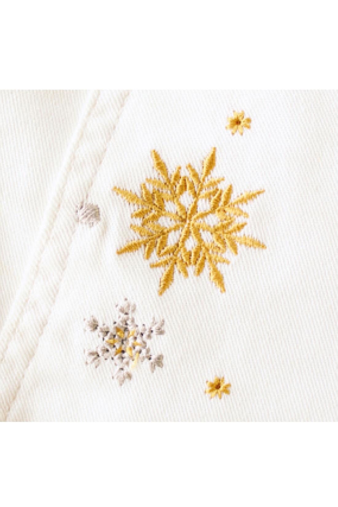 ポケットのまわりにゴールドとシルバーグレイの雪柄の刺しゅうで愛らしさをプラス。
