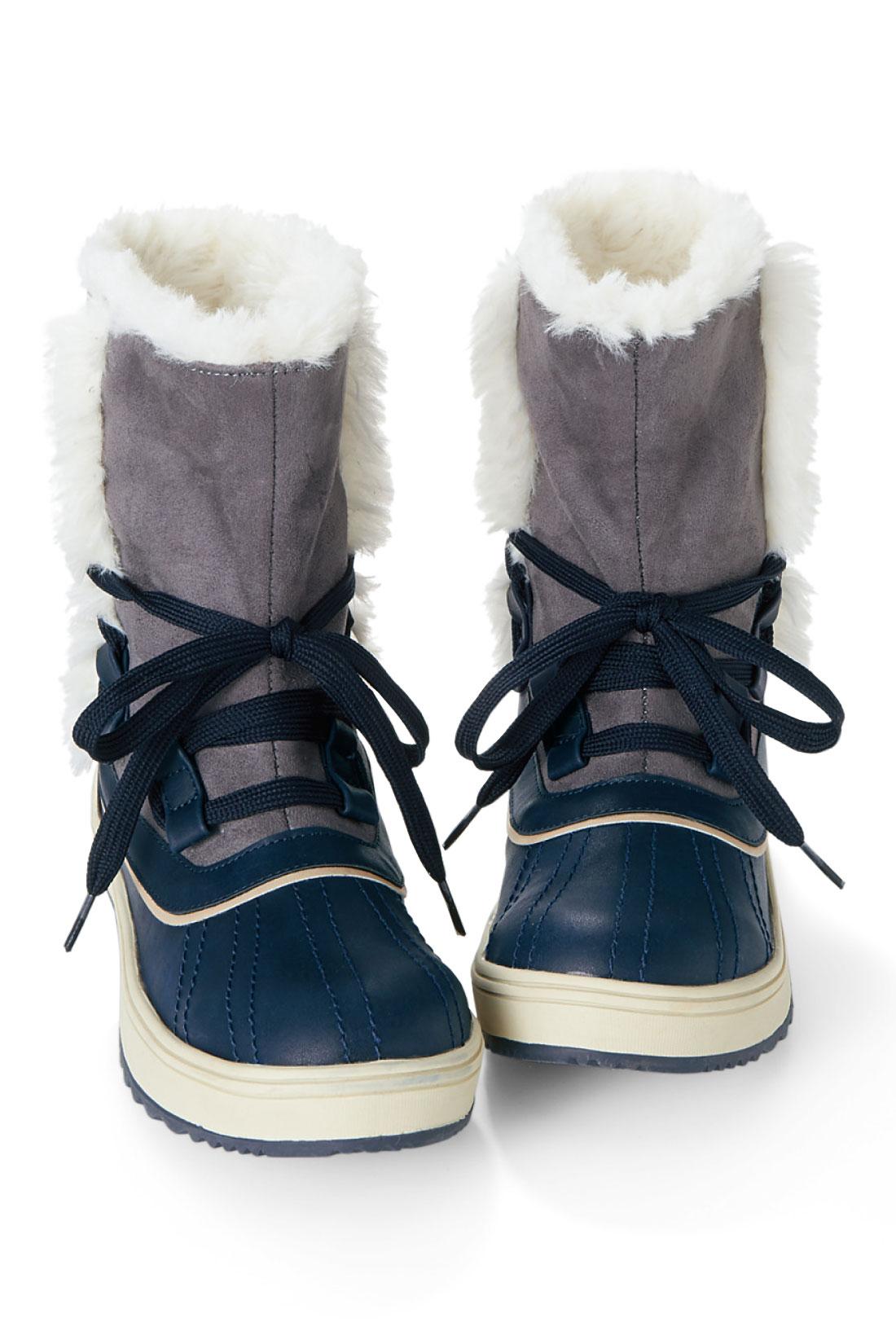 スポンと履けて厚めのソールで歩きやすい。足もとにボリュームが出るので、ほっそり見せもかないます。