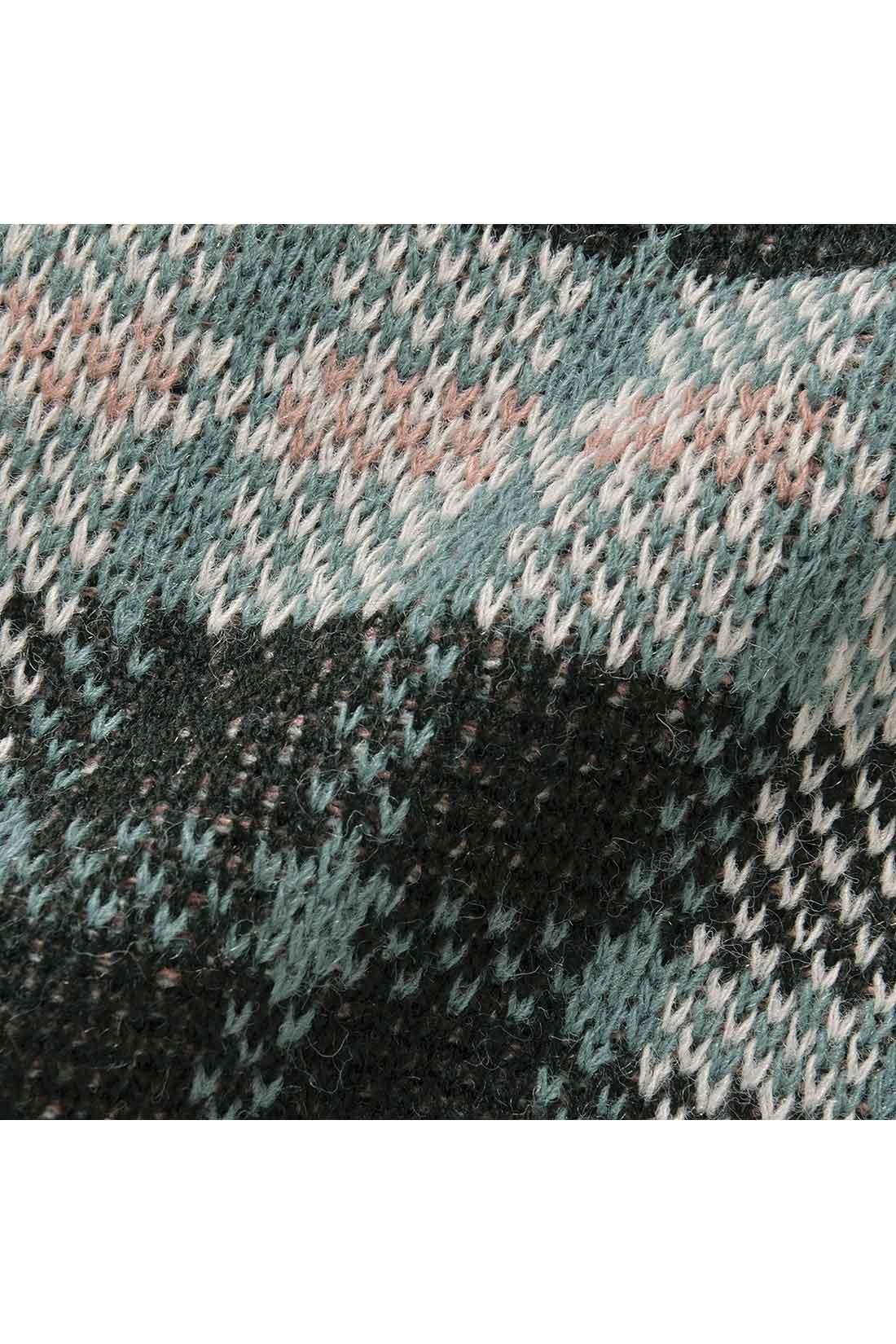カラフルな糸で編み上げた、ふっくら厚手のジャカードニット。