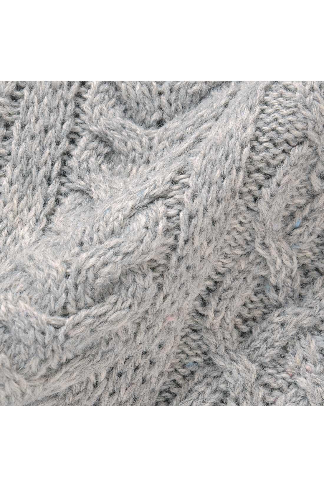 表情豊かなネップ入りの糸でざっくりと編み上げました。