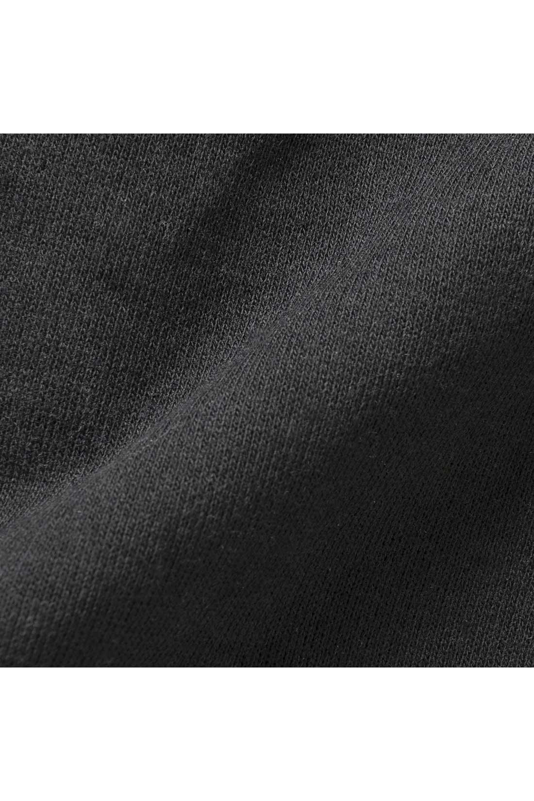 身ごろのスウェットは着まわしやすいベーシックカラー。