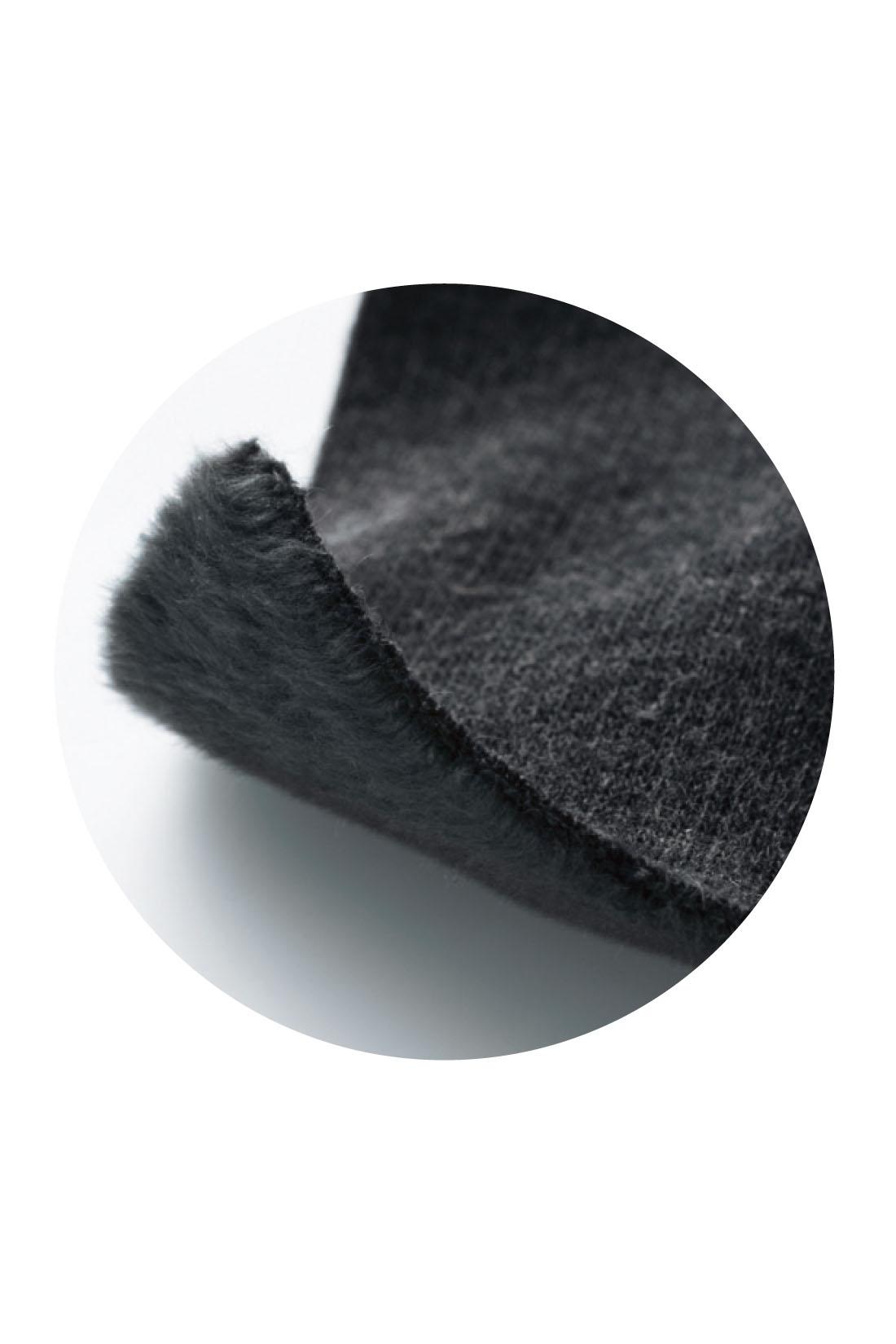 レギンス部分はスウェットの内側をファーのように起毛させた素材。