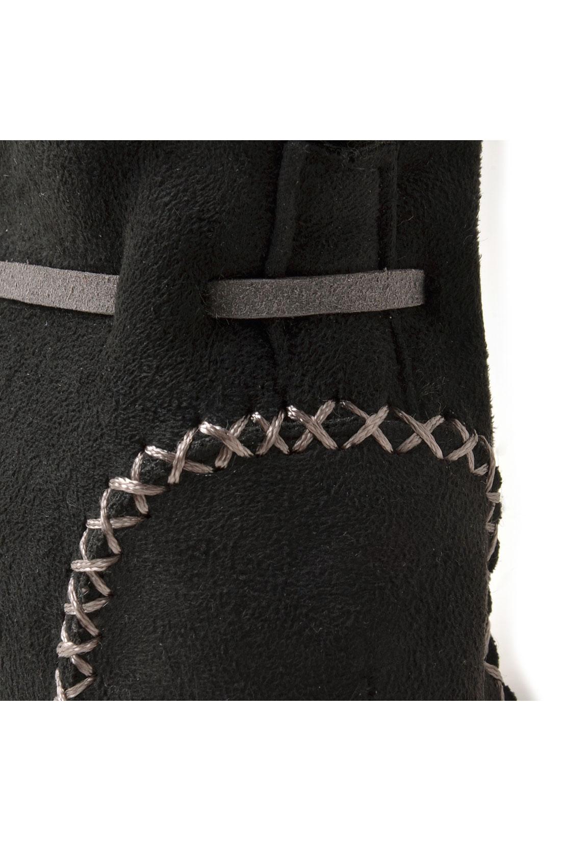 手縫いのステッチがキュートなポイント。