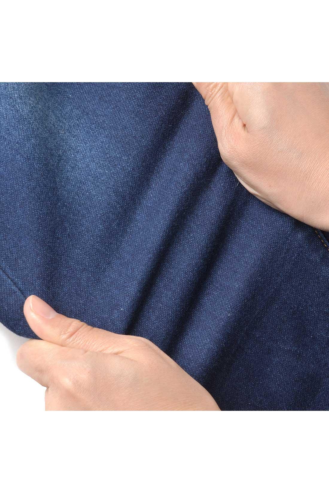 やわらかく、動きに応じてしなやかに伸びるストレッチ素材を使用。