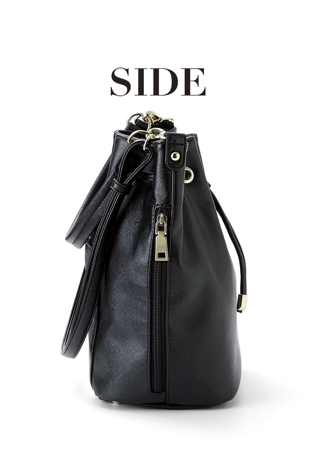 SIDE 財布などを取り出しやすい、ファスナーのサイドポケット。