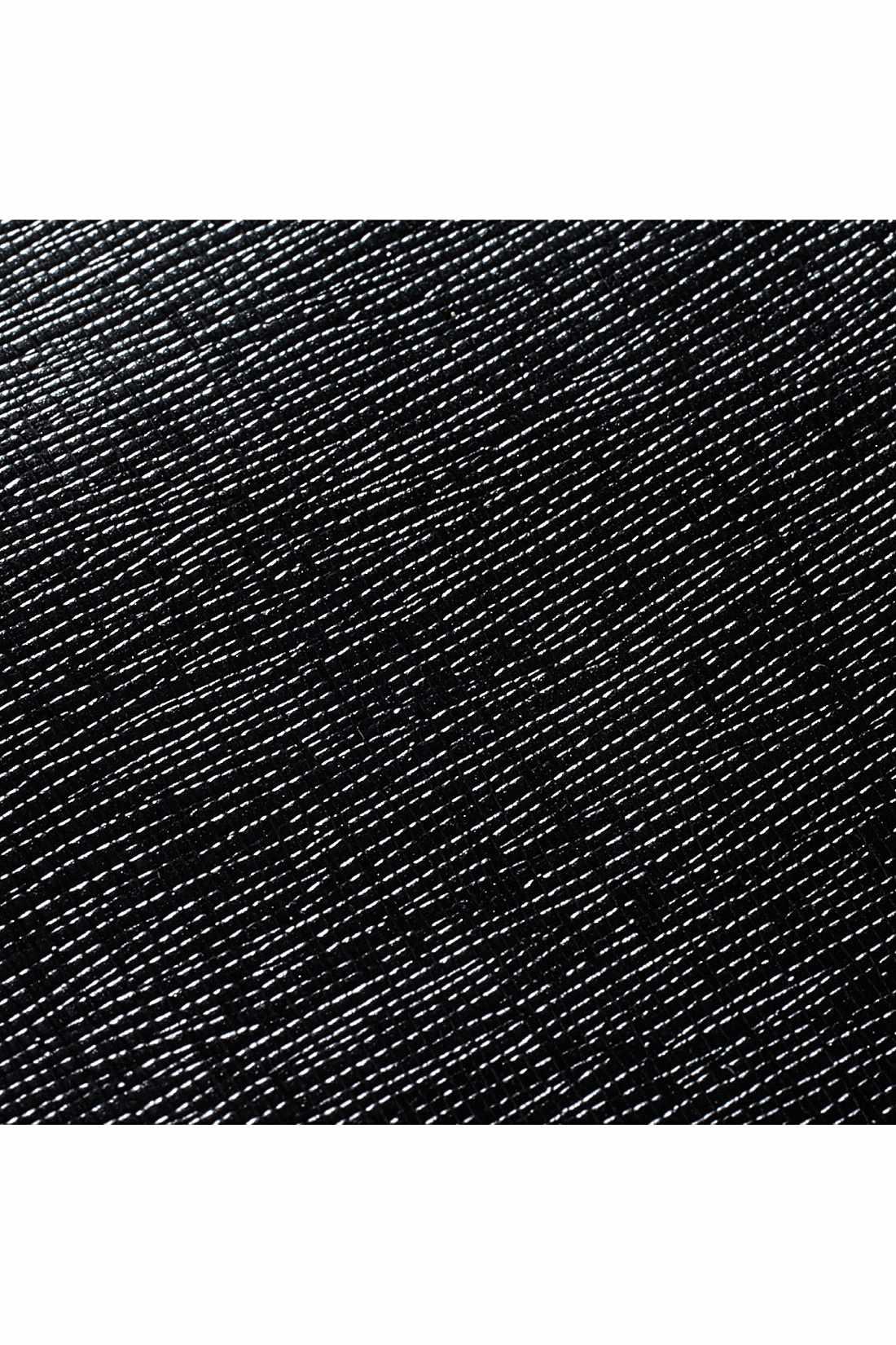 本革のようなニュアンスのある素材感が上質な雰囲気を放ちます。
