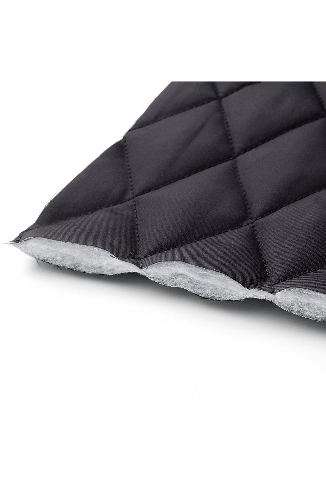 マットな質感のポリエステル素材を用い、中わたには軽量で保温性にすぐれたサーモライトを使用。防寒性能はもちろん、一枚で着たときにもすっきり見える、優美な仕上がり。