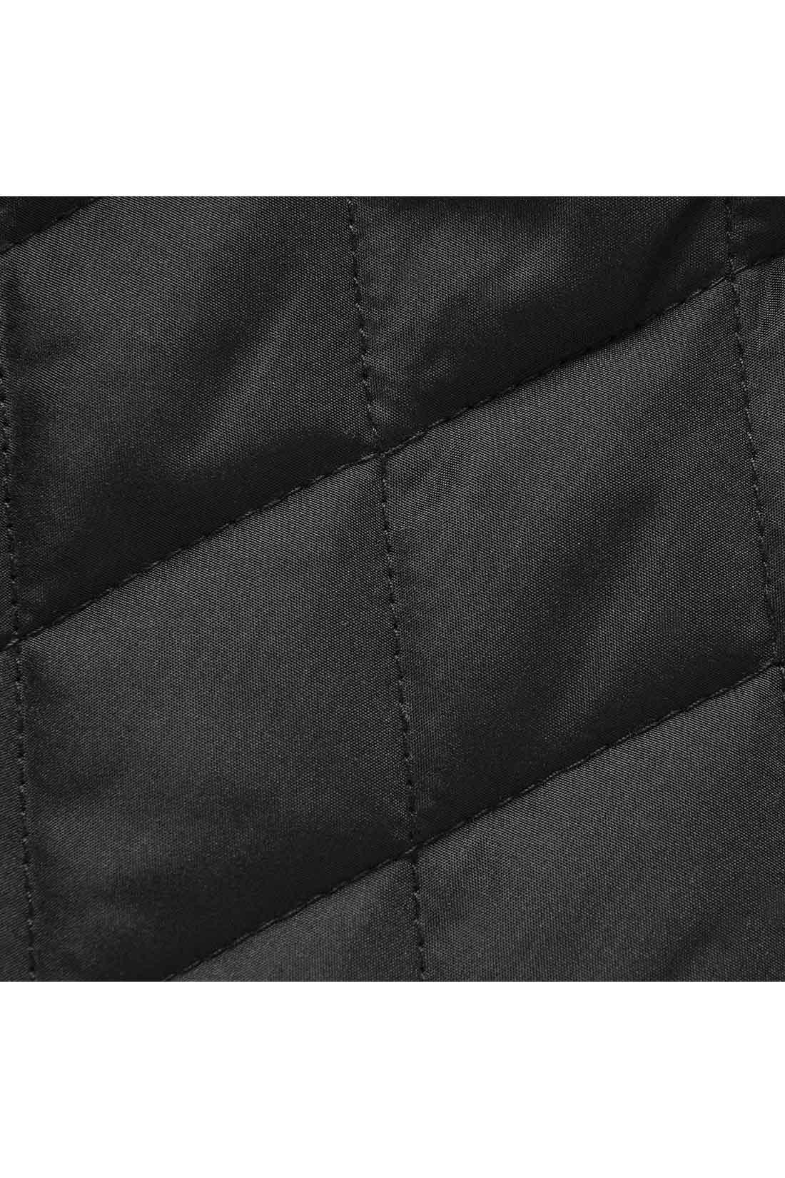合わせやすく、一枚でも使いやすい引き締めカラーのブラック。キルティングの柄を、やや長めのダイヤ形にしているので、縦長感が強調され細見え効果UP。