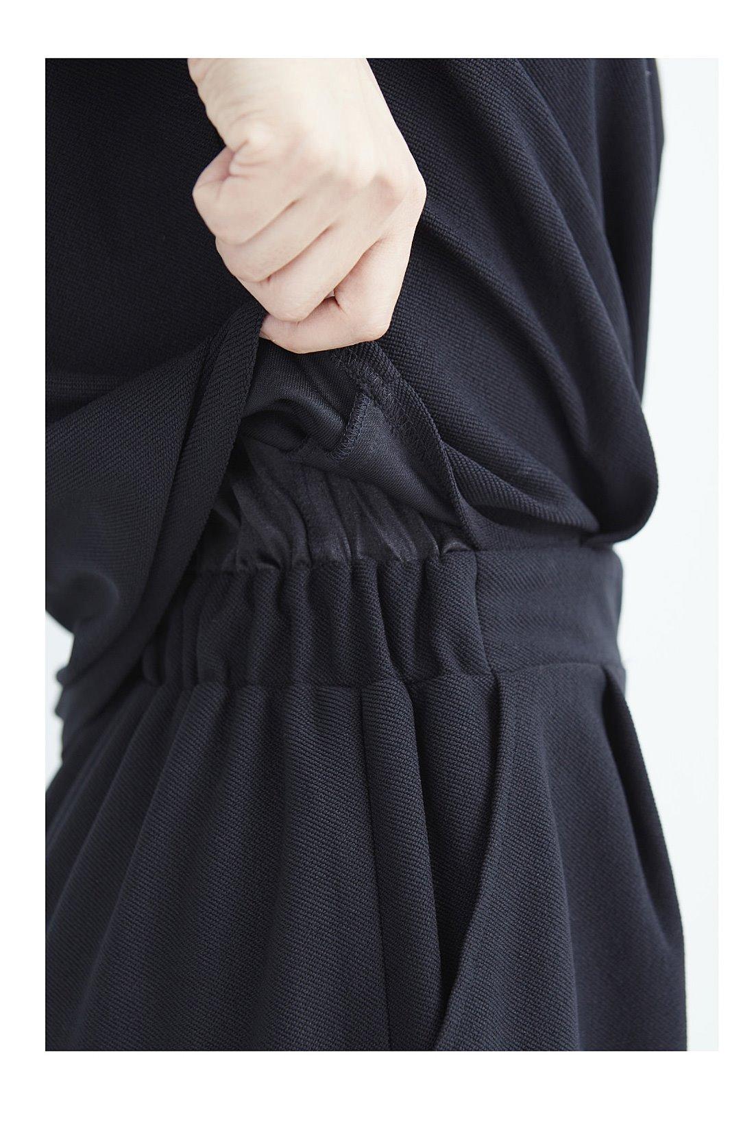 身ごろとパンツを伸びやかで肌ざわりのよいトリコット素材の裏地でドッキング。