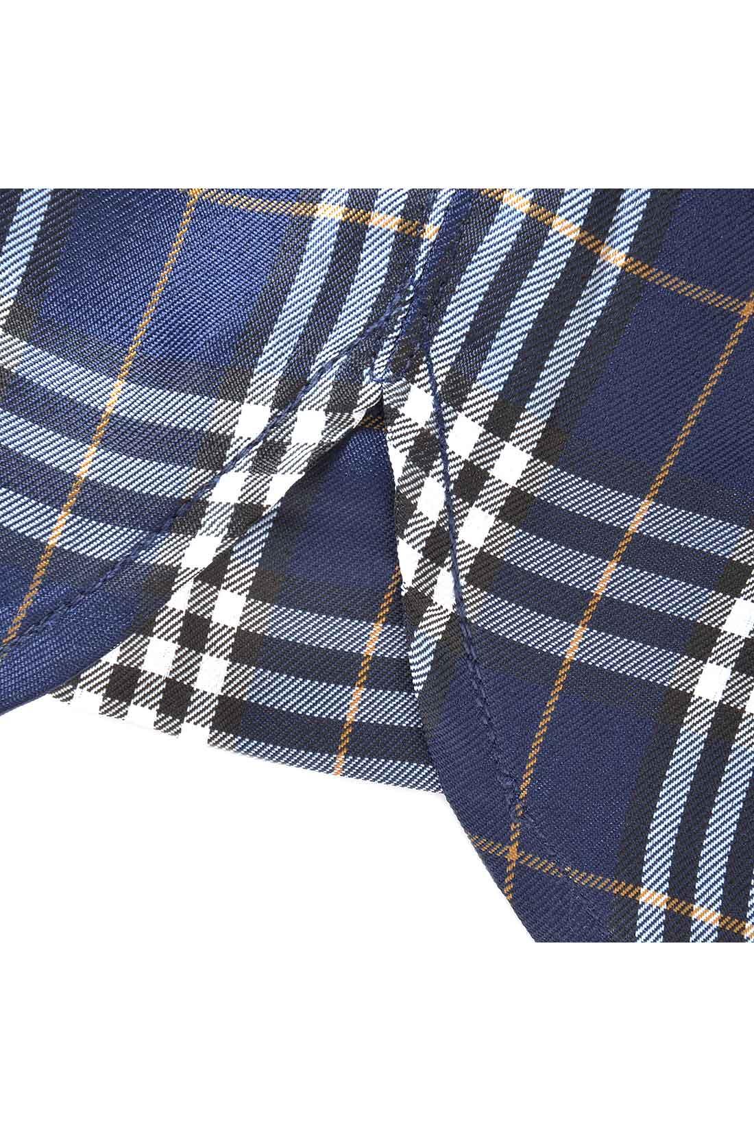 前開きのボタン仕様、サイドのガゼットなど、シャツのディテールを随所に盛り込んだ本格仕立て。