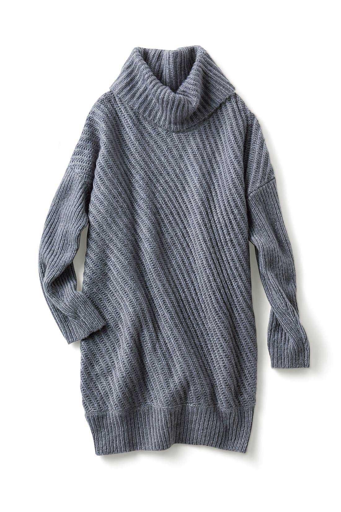 インに合わせやすいオフタートル。袖は細身のリブ編みでメリハリを。