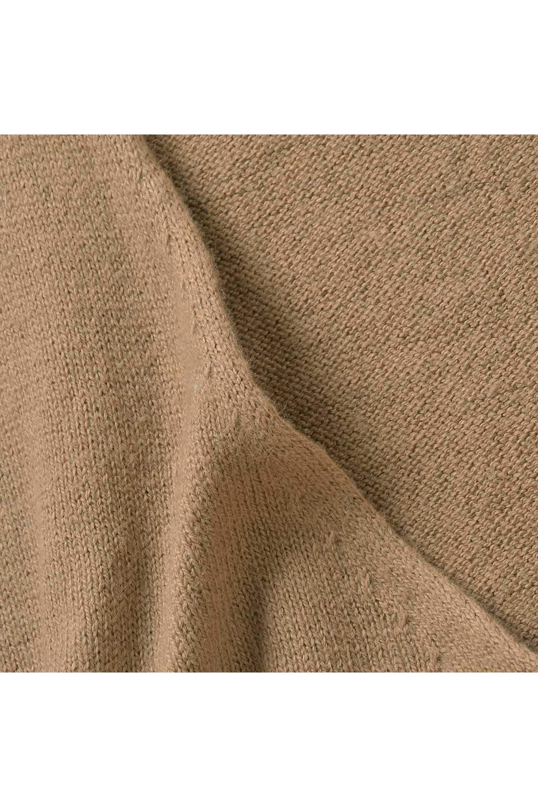 首すじをより美しく引き立てる、肌になじむように編み立てたVライン。