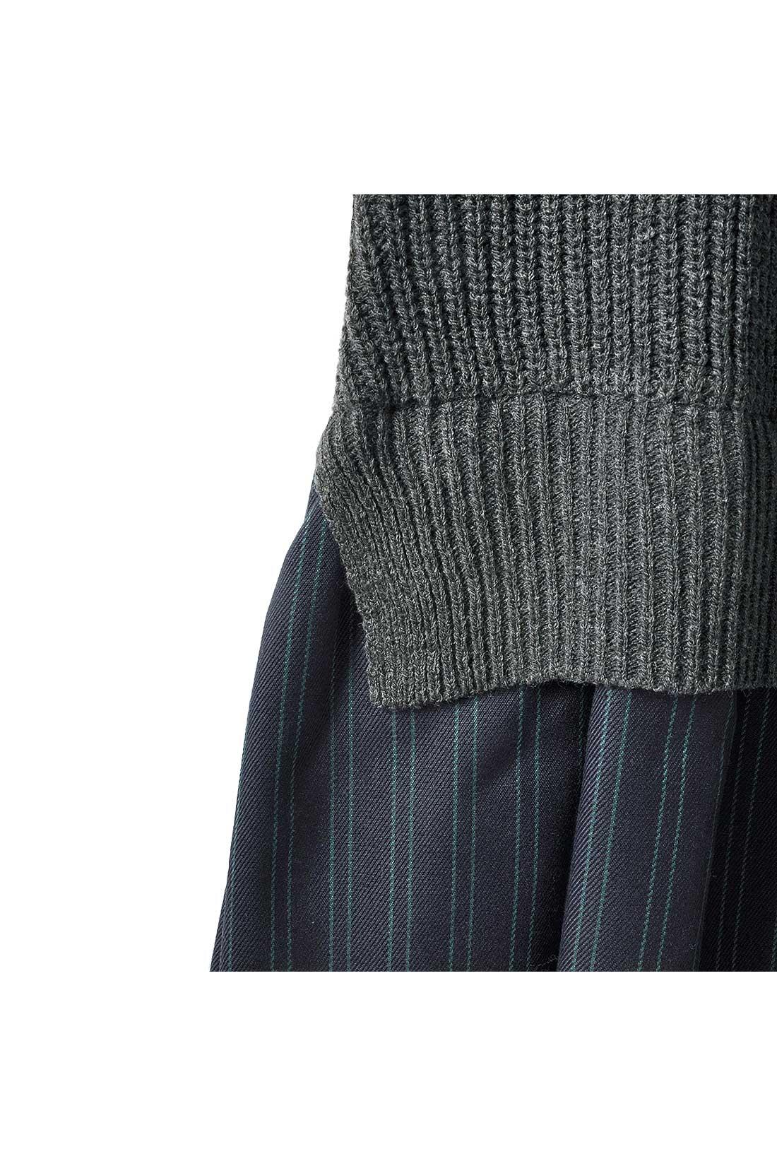 片あぜ編みのニットとメンズライクなピンストライプ布はくのコンビネーション。