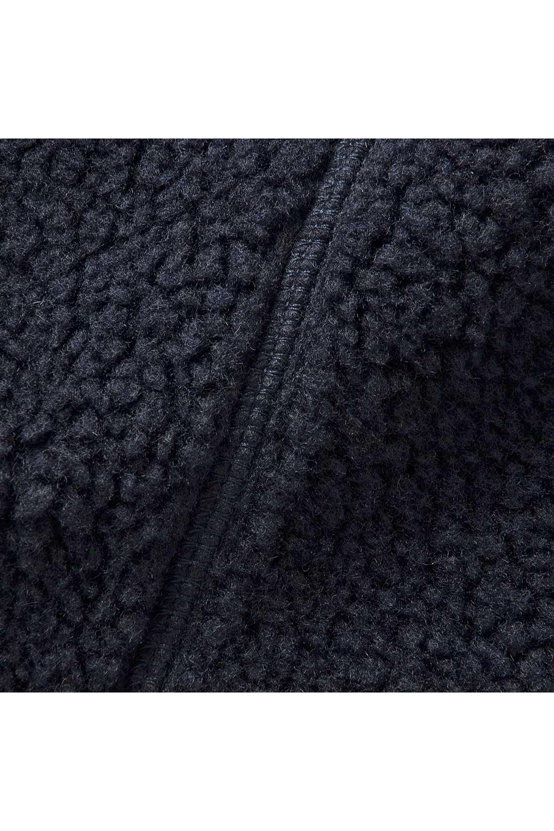 しっかり暖かくて、ふわふわ軽い羊みたいなボア素材。一枚でも暖かな着心地。