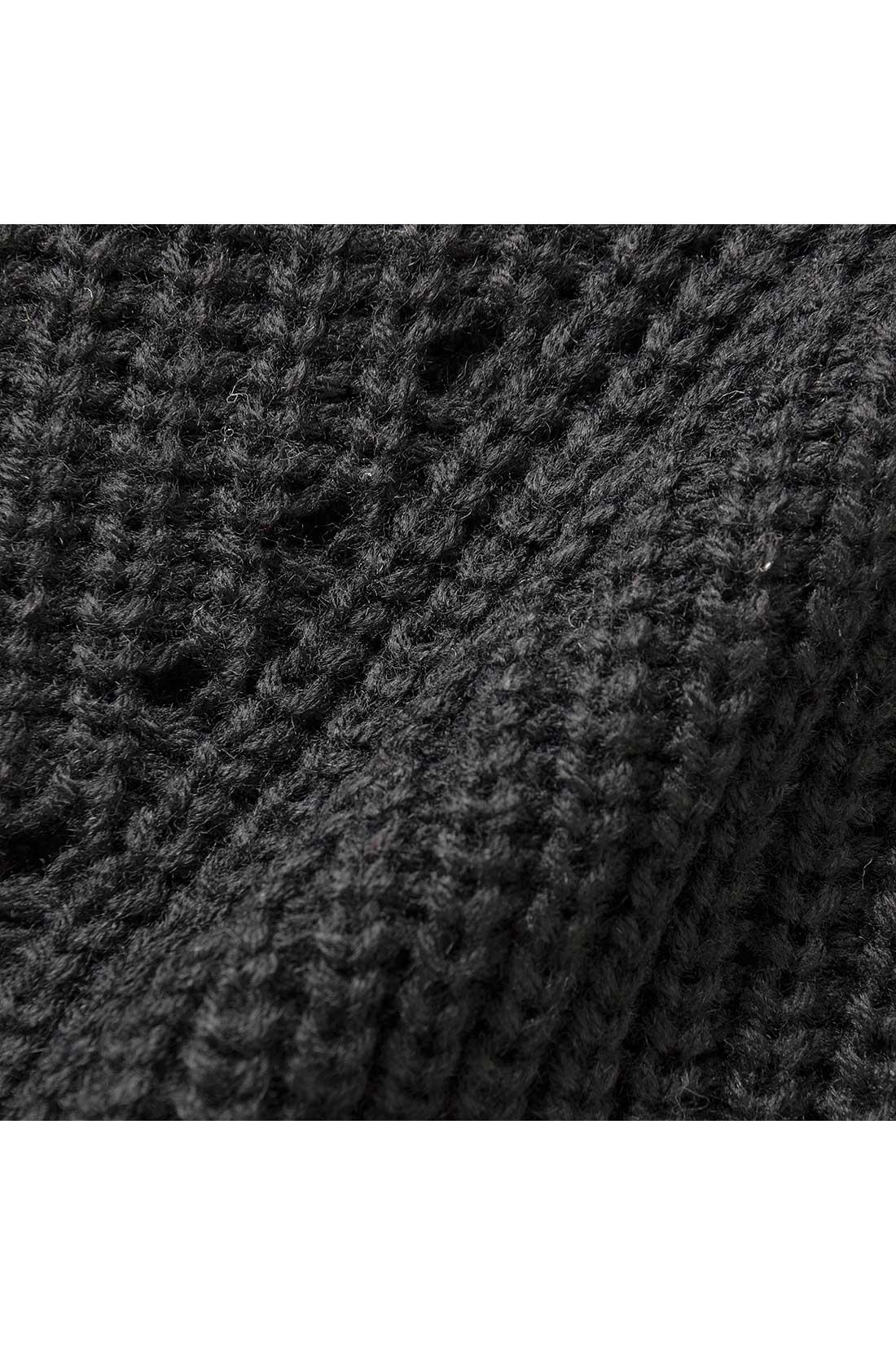 体形をひろいすぎないミドルゲージの片あぜ編みニット 軽くからだに沿う感じで、細見せにうれしいアイレットもほどこしました。
