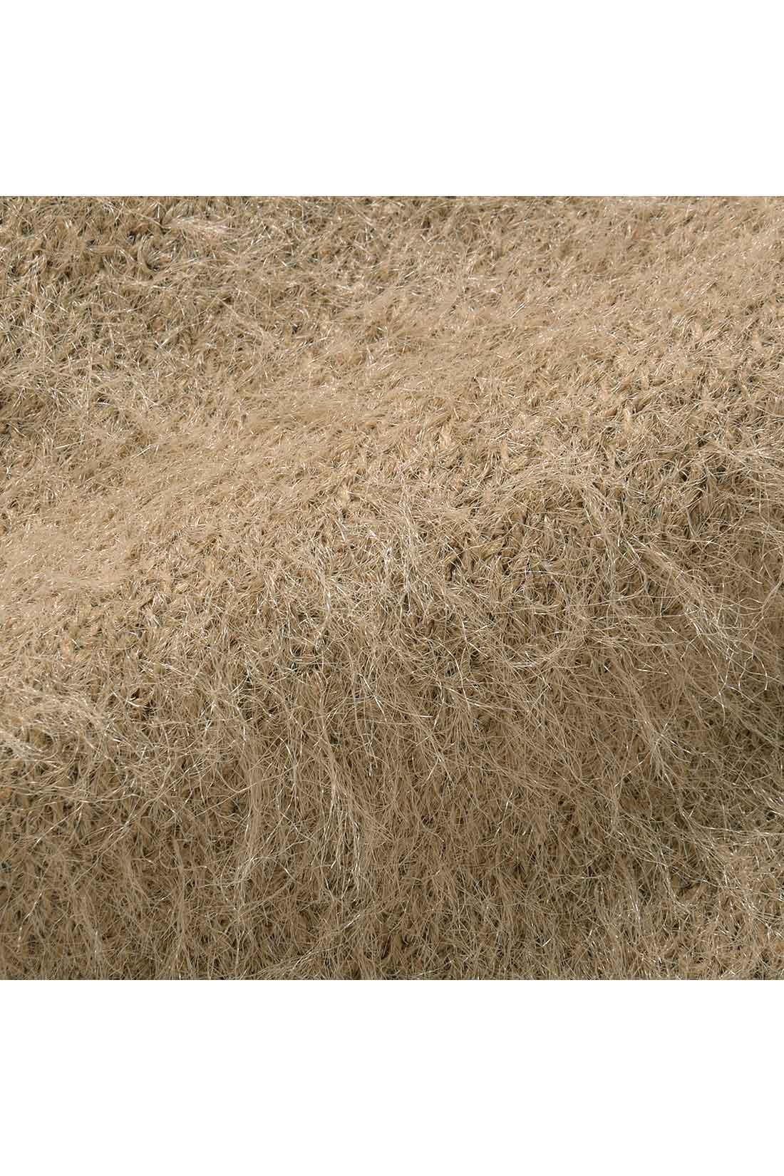 ふんわりとした繊細な毛羽立ちが特長のやわらかな編み地です。へアリーな表情がとても上品で女らしさたっぷり。