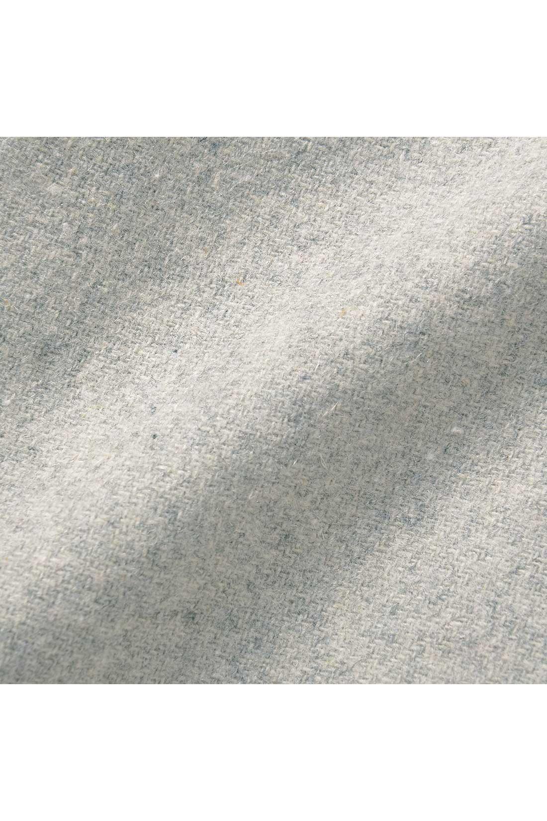 キメの整ったウール30%混の上質起毛素材で、暖かな風合いに。